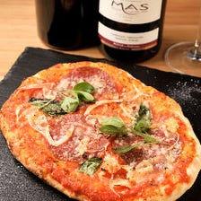イタリアミラノサラミ、オニオン、オリーブのスパイシーピザ