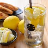 揚げ物×レモンサワー カチカチに凍ったレモンがぎっしり!