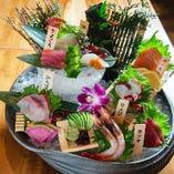 当店三大名物のひとつ!海老と鮮魚を盛り込んだ「海鮮世界盛り」