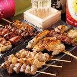山梨県産の朝〆健味鶏を使用した焼き鳥は、¥120~♪