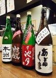 今しか飲めません!秋酒「ひやおろし」¥500~ ひやおろしとは…春先に搾られた新酒を一度火入れし暑い夏の間ひんやりとした蔵で熟成を深めさせ、秋に二度目の火入れをせず「ひやで卸す」日本酒。豊穣の秋にふさわしい、穏やかな香り、滑らかな口あたり、濃密なとろみが魅力です!