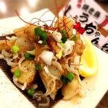 肉ナンコツの塩にんにく炒め ¥480 やげんナンコツのコリコリ食感だけでなくお肉がたっぷりついているので、塩にんにくの旨みをたんまりまとっていてお箸が止まりません!