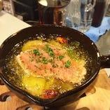 長芋と明太子のアヒージョ ¥880(バケット付き) アヒージョとは…ガーリックオイルでぐつぐつ煮込んだスペイン料理!明太子は半生でご提供。バケットはオイルにひたしてお召し上がりくださいませ!おかわりバケットは¥200