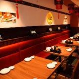 落ち着いたレストラン席には最大30名様まで収容可能な完全個室をご用意