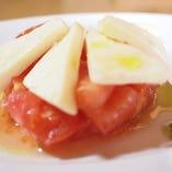 モッツァレラと完熟トマトのカプレーゼ