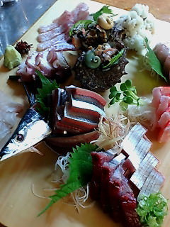 毎朝市場で仕入れる天然魚貝