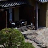庭園を臨むテラス付きの客室