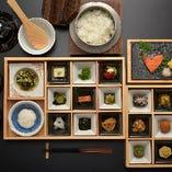 朝食 全二十八膳の「自家製唐津の旨いもん」を揃えた和朝食