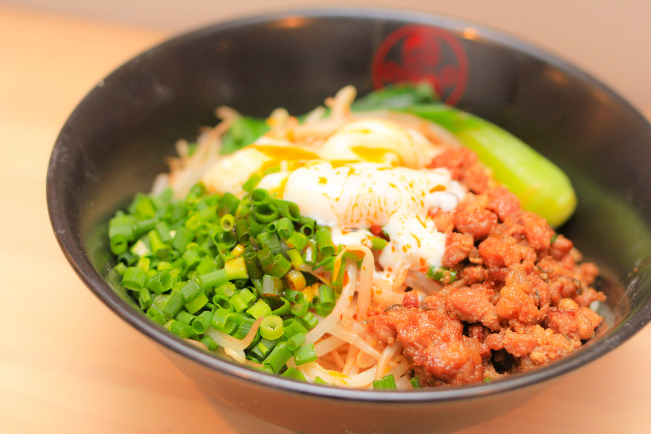 汁なし坦々麺 平打ち麺のスープが無い混ぜて食べる坦々麺