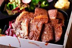 店舗同様、厳選した黒毛和牛のお弁当。丁寧にお店で作り上げています。