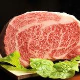 """安田良のお肉は、自家牧場の""""純""""近江牛。風味が爽やかな赤身と、常温でも溶けるほどのやわらかい脂身が絶品。"""