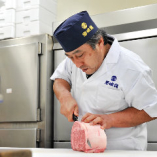 きめ細やかな霜降りの見るからに美しい塊肉を、部位ごとに最適な厚みに一枚一枚手切りします。