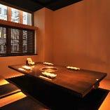 脚を伸ばしてくつろげる掘りごたつ個室。シンプルな大人の空間です。