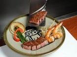 厚みある葉山牛を目の前の鉄板熟練シェフが調理