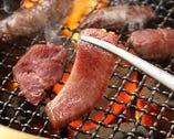 """【美味しさ閉じ込めるこだわりの""""炭火""""】  当店の焼肉は炭火と網焼きにこだわりご提供。炭火ならではの遠赤外線による輻射熱が短い時間で肉の内部まで行き届く事で、ジューシーさを失わずに焼く事を実現。炭の用意、店内の清潔感を保つ為のロースターのメンテナンス等、手間は掛かりますが美味しさには替えられません!!"""