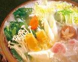 秘伝のスープが絶品の 食通をも虜にする名物活鶏水煮(水たき)