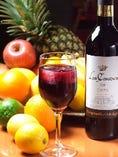 数種類のフルーツをじっくりと3日間赤ワイン・白ワインに漬け込んで造る当店自慢のサングリア。女性に大人気。ついついおかわりがすすみます。