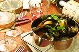 ボリュームたっぷりのムール貝のワイン蒸し。出汁のしみでたスープも美味。