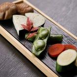 新鮮な旬の野菜をシンプルに焼き、そのままの旨味を味わう「季節の焼き野菜盛合せ」