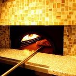 本場イタリアの味を再現する為のピッツァ専用窯。