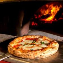 腕自慢のピザ職人が焼いた石窯ピザ。