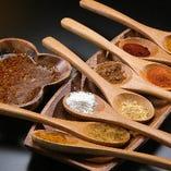 味に華を添える豊富なスパイス