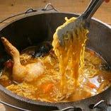 鍋の〆には、国産豚の生ソーセージと卵、チーズでカレー焼きそばを♪