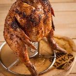大きな国産朝挽きの丸鶏を使いビールで蒸し焼きする名物『ビア缶チキン』