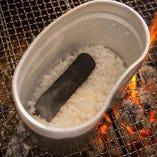 秋田県直送の最高級ブランド米を丁寧に浸水させてから飯盒炊飯で炊き上げます