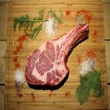 世界最高コスパ☆『トマホークステーキ』が登場!!!この質のトマホークがこの価格で食べれる☆ハワイでは2万円(◎_◎;)当店は「この肉を多くのお客様に食べてもらいたい」という思いと、仕入れ業者様のご協力もあり驚きの価格を実現しました。前夜からスパイスを漬け込む為、2日前要予約とさせていただきます。
