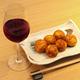 鰹節や昆布でとった出汁入りのたこ焼きは、ワインとの相性抜群。