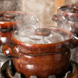 専用の土鍋で一つひとつ炊き上げる