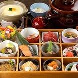 十二品目のお惣菜を華やかに盛り合わせた松花堂(要予約)