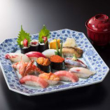 おすすめ「特鮨」はとろ、うに、いくら、赤貝などとても豪華。