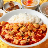 3.マーボー豆腐かけご飯 (フカヒレスープ、ザーサイ、春巻、杏仁豆腐付)