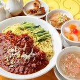 9.ジャージャー麺 (フカヒレスープ、ザーサイ、春巻、杏仁豆腐付)