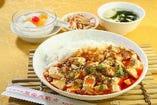 E.マーポー豆腐丼 (小皿、スープ、杏仁豆腐付)