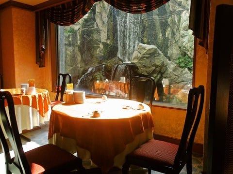 滝を眺めながら食事