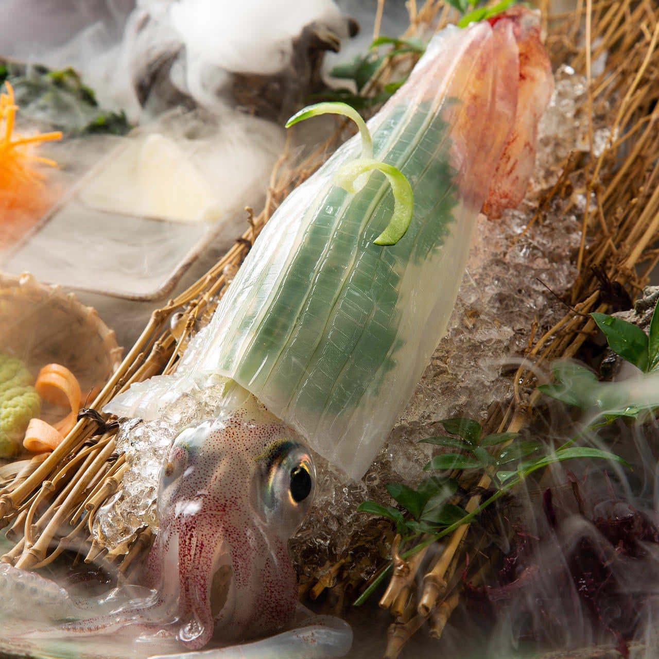 さかな市場自慢の泳ぎイカの透明造りが付いたコース料理も