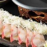 [海鮮焼きしゃぶ] 新鮮な刺身を陶板で炙り、風味と食感を楽しむ
