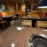 1階はテーブル席をご用意。宴会~ご家族での夕食まで気軽にOK!