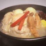 丁寧に仕込んだ、本場の味わいが楽しめる『参鶏湯』も大人気♪
