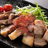 ロイヤル三元豚の肩ロースを豪快に焼き上げ、仕上げはサッパリとした特製ビネグレットソースで召し上がる「豚肩ロースと水菜のテーキ ビネグレットソース」