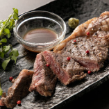 約50日間熟成させ、甘みのある脂身と赤身の味わいの「熟成肉のサーロインステーキ」