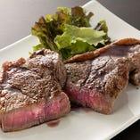 100%血統のアンガスが肉の旨みを堪能できる「ブラックアンガ牛のグリル 赤ワインソース」