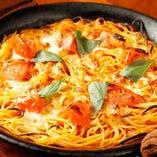 フレッシュトマトとモッツァレラチーズの焼きパスタ