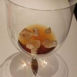 「榛原牛のコンソメ」香り高いコンソメをワイングラスでどうぞ。