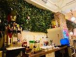1F~3F 各階に設置されてる ドリンクバー! 各階にありますので、待たずに、生ビールやハイボールはもちろん、100種類以上のアルコール&ノンアルコールのカクテルを楽しめます!