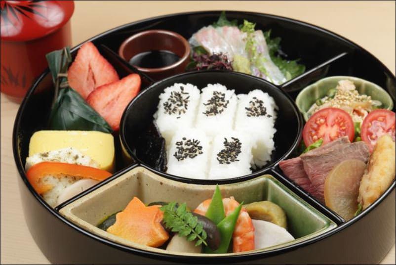 名物「満月弁当」3,000円(税抜)