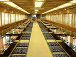 清潔で広々とした船内座敷。 ゆったりとご乗船いただけます。